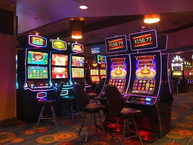 des machines à sous dans un casino