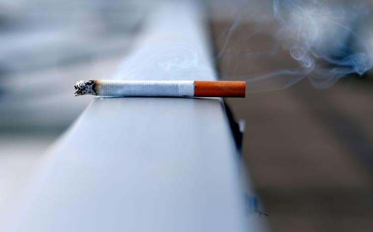 L'après-Covid pose un autre sujet de débat pour l'industrie des jeux d'argent: les casinos non-fumeurs pourraient-ils devenir la nouvelle référence. Les organismes soutenant l'interdiction de fumer dans les casinos appuient leur cause avec des données. 70% des participants à une étude de l'Americans for Nonsmokers' Rights (ANR) affirment être gênés par la fumée de cigarette dans les casinos. En outre, 88% préfèrent jouer dans un casino non-fumeurs si l'établissement propose une zone extérieure pour fumer. Au-delà du confort, la santé des fumeurs passifs, joueurs et personnel des casinos, est préoccupante. Un employé d'un casino d'Atlantic City s'inquiète même que la protection contre le Covid-19 soit garantie alors que celle contre le tabagisme passif est aussi cruciale. D'autre part, les investisseurs prennent désormais à cœur les responsabilités sociétales et la gouvernance d'entreprise. Pour respecter les engagements RSE, les opérateurs de jeux d'argent ne peuvent donc pas concevoir un établissement où il est possible de fumer à l'intérieur.